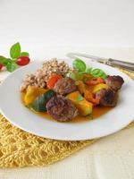 grönsaker med köttbollar och bovete foto