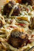 pasta och köttbullar med grönsaker foto