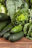 sortiment av gröna grönsaker foto