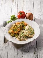 escalope med tomater och zucchinis foto