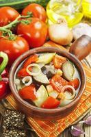 ångade grönsaker i keramisk kruka foto