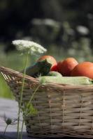 korg full av grönsaker foto