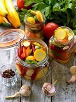 förbereda konserver av inlagd zucchini i burkar med kryddor, gar foto