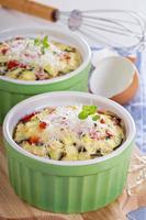 bakad omelett med grönsaker foto