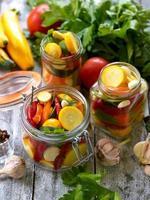 förbereda konserver av inlagd zucchini i burkar med kryddor foto