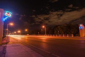 route 66 neon skylt, albuquerque, new mexico, usa. foto