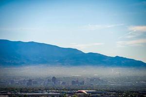 albuquerque ny mexico skyline i smog med berg