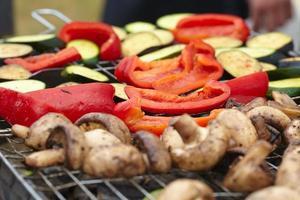 zucchini, aubergine, paprika och champinjoner grillad foto