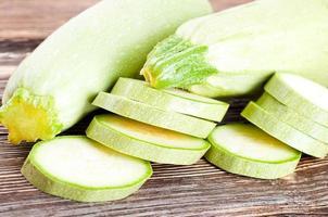 grön zucchini på ett gammalt träskiva foto