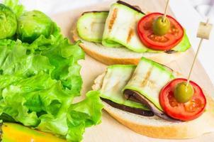 förrätt med zucchini och aubergine foto