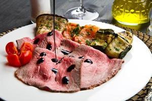 rostbiff med grillade grönsaker foto