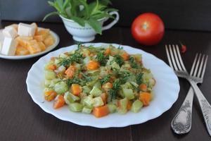 stuvad zucchini med morötter foto
