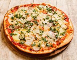 pizza på träbakgrunden foto