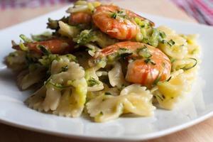 farfalle med kräftor, zucchini och crescenza foto