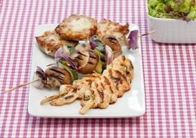 grillade räkor och grönsaker på spett foto