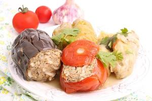 fylld auberginepeppar tomatkål lämnar markkött med ris foto