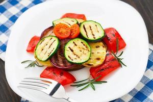 grillade grönsaker på en tallrik foto