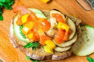 smörgås med grönsaksragout foto
