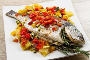 bakad fisk med grönsaker foto