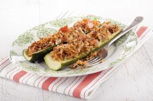 fylld zucchini med ris och köttfyllning foto