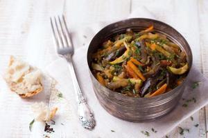 vegetabilisk ragout av aubergine, zucchini och morötter foto