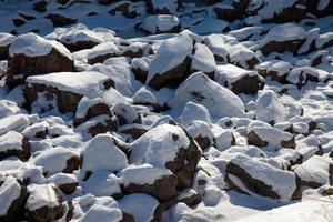 snö och stenar foto