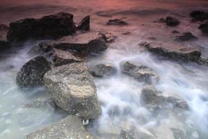 havet vinkar stenar foto