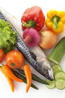 närbild grönsaker och fisk foto