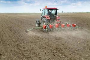 bonde som sådd grödor med pneumatisk såddmaskin foto