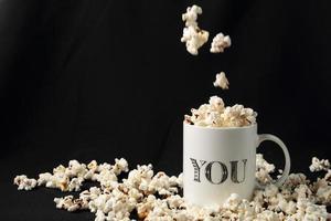 vit burk med popcorn foto