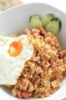 närbild av indonesisk mat nasi goreng