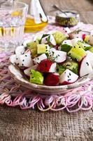 sallad med rädisor och gurka foto