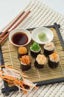 japansk smaklig sushiset foto