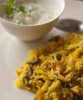 indisk grönsakspulv / pilaf med gurka raita foto