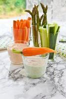 färska grönsakspinnar foto