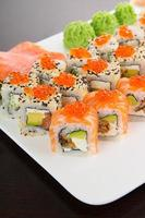 japansk välsmakande sushi på en vit platta foto