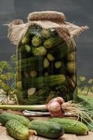 burk med pickles på träbord