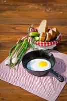 stekt ägg i stekpanna på träbord foto