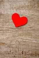 rött pappershjärta på grungeträbakgrund foto