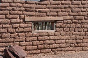 adobe vägg med fönster foto