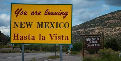 avgår nya mexikos välkomnande färgglada colorado street skylt foto
