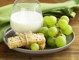 barmysli med mjölk och frukt - hälsosam frukost foto