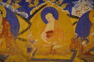 buddhistisk fresco på thiksey gompa, ladakh foto