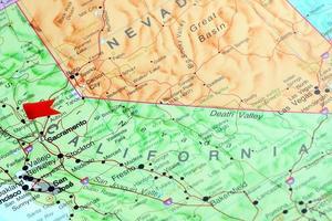 Sacramento fästs på en karta över USA foto