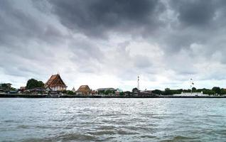 tempel sida floden. foto