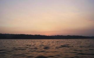 solnedgång i floden