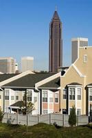 bifogade hus med stadens skyline i Atlanta i bakgrunden foto