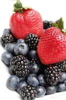 blåbär och jordgubbe foto