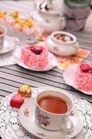 varm kopp te och godis foto