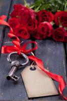 rosor och en gammal nyckel foto
